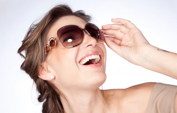 aabfd6ebd2cd8 Óculos sem proteção UV podem prejudicar a visão. Acessório indispensável  para quem deseja curtir o verão com estilo, os óculos escuros precisam ser  ...