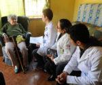 """A casa de Sebastiana Barbosa dos Santos, de 75 anos, é um dos mais de 37 mil domicílios do bairro Sítio Cercado, na região sul de Curitiba. Portadora de uma doença pulmonar que comprometeu sua mobilidade, a idosa é paciente da equipe """"amarela"""" da Unidade de Saúde Coqueiros, que atua dentro da Estratégia de Saúde da Família do Sistema Único de Saúde (SUS) de Curitiba. Curitiba, 02/05/2016 -  Foto: Everson Bressan/SMCS"""